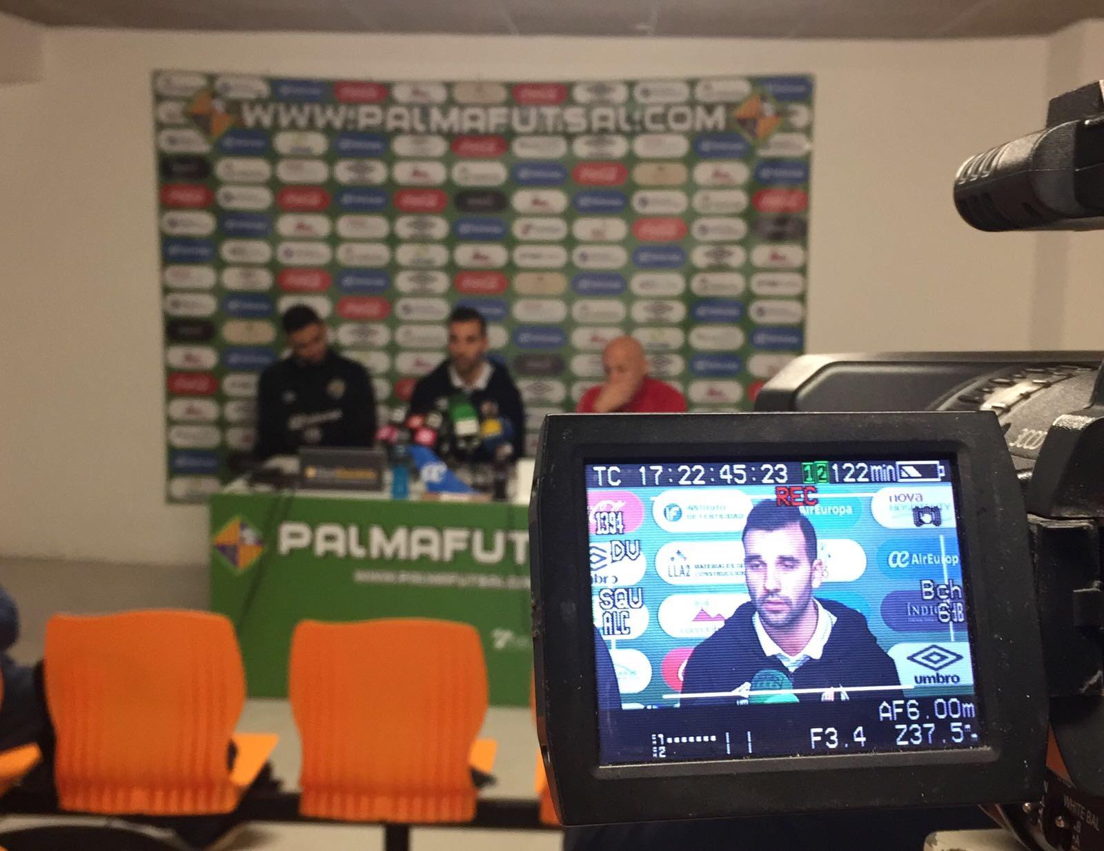 Carlitos en la rueda de prensa de este jueves junto a Juanito y Tomaz