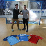 Carlos Barrón y Nico Sarmiento posan con la camiseta de su selección y la del Palma Futsal 1