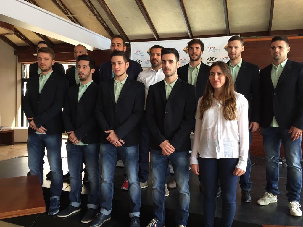 La plantilla del Palma Futsal posa con la ropa de paseo de RockBeach (3)
