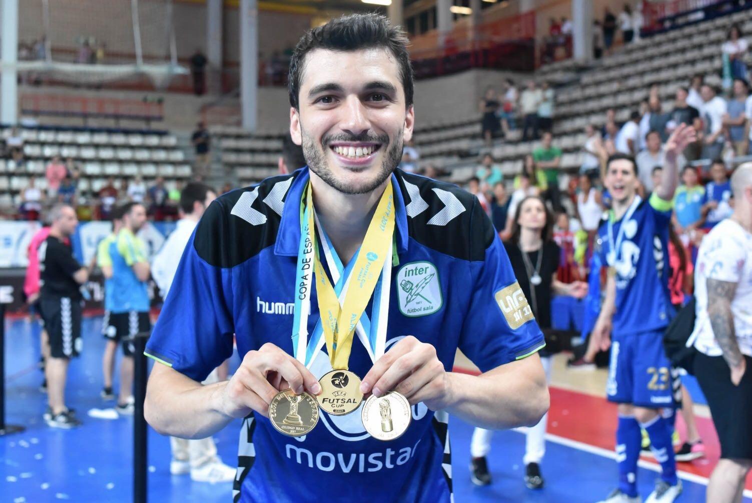 Lolo posa con las tres medallas conseguidas el año pasado