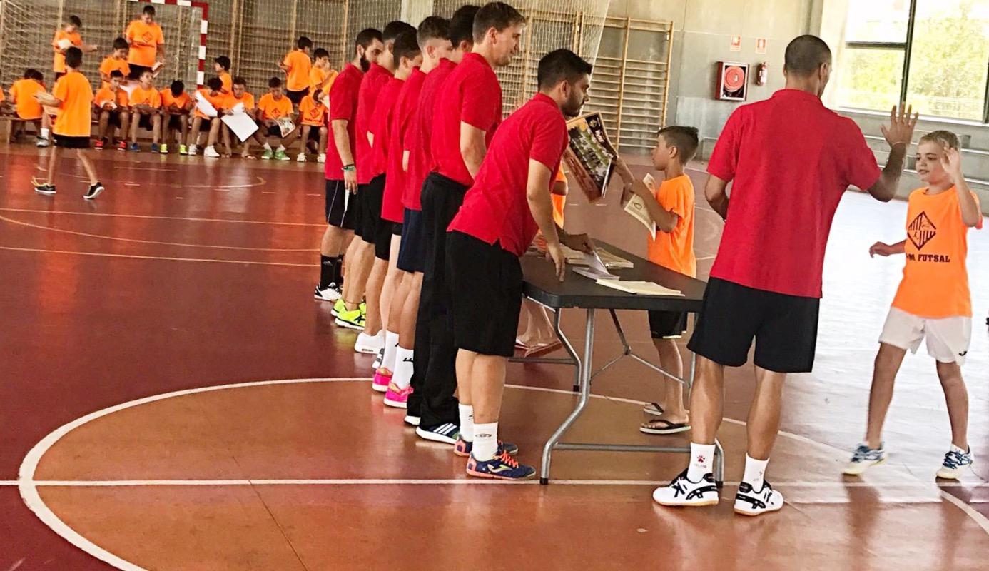 Vadillo entrega los diplomas a los niños del campus de Palma (1)