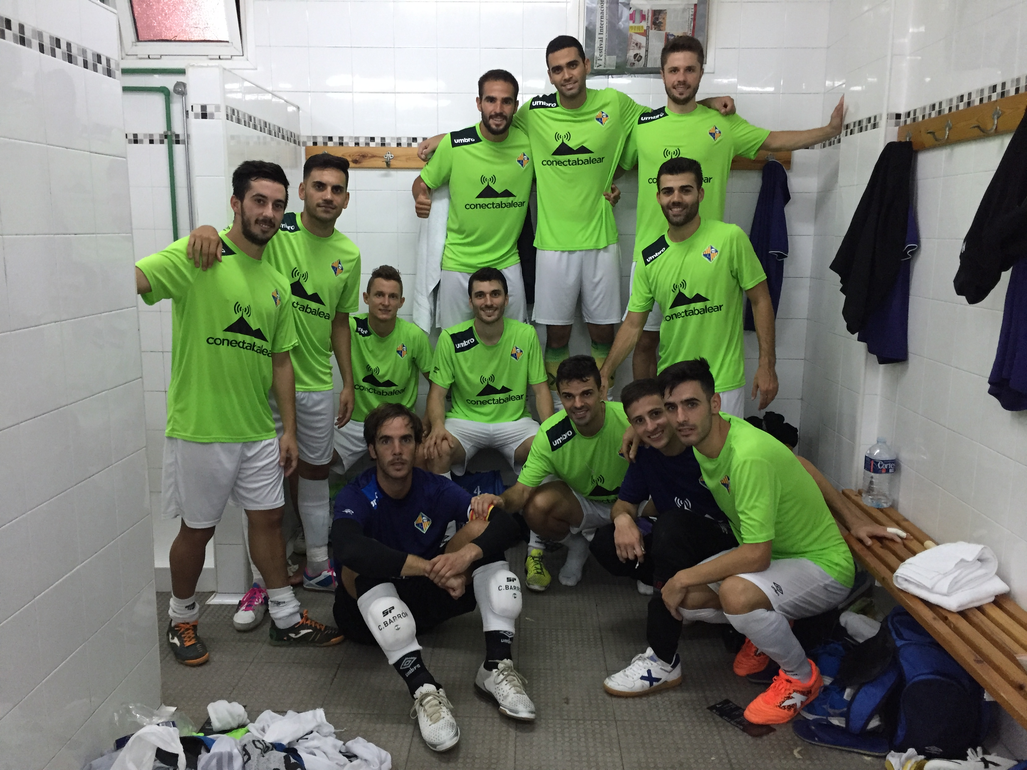 Foto del equipo en el vestuario tras la victoria 1
