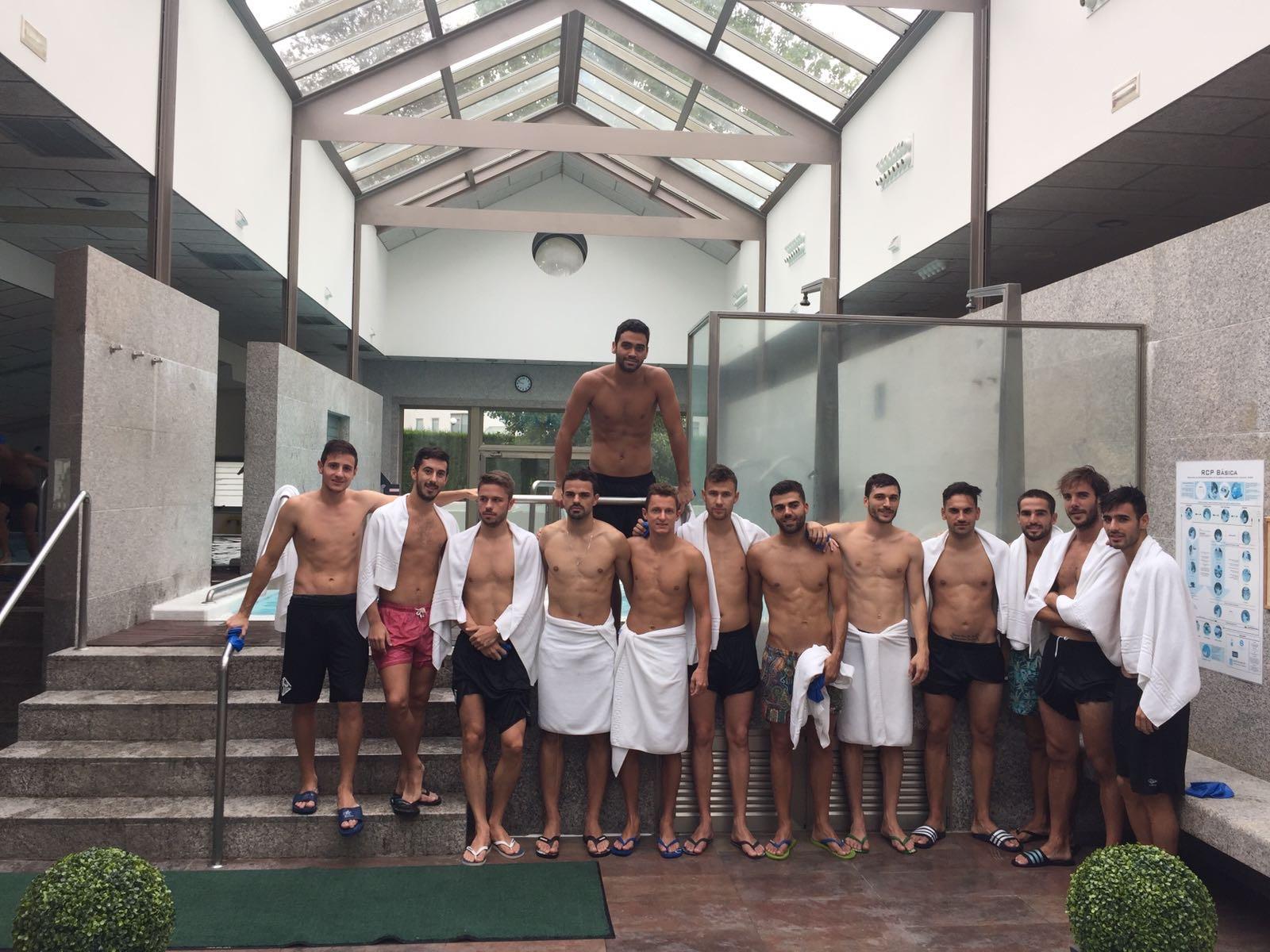 La plantilla del Palma Futsal en un spa de Compostela (1)