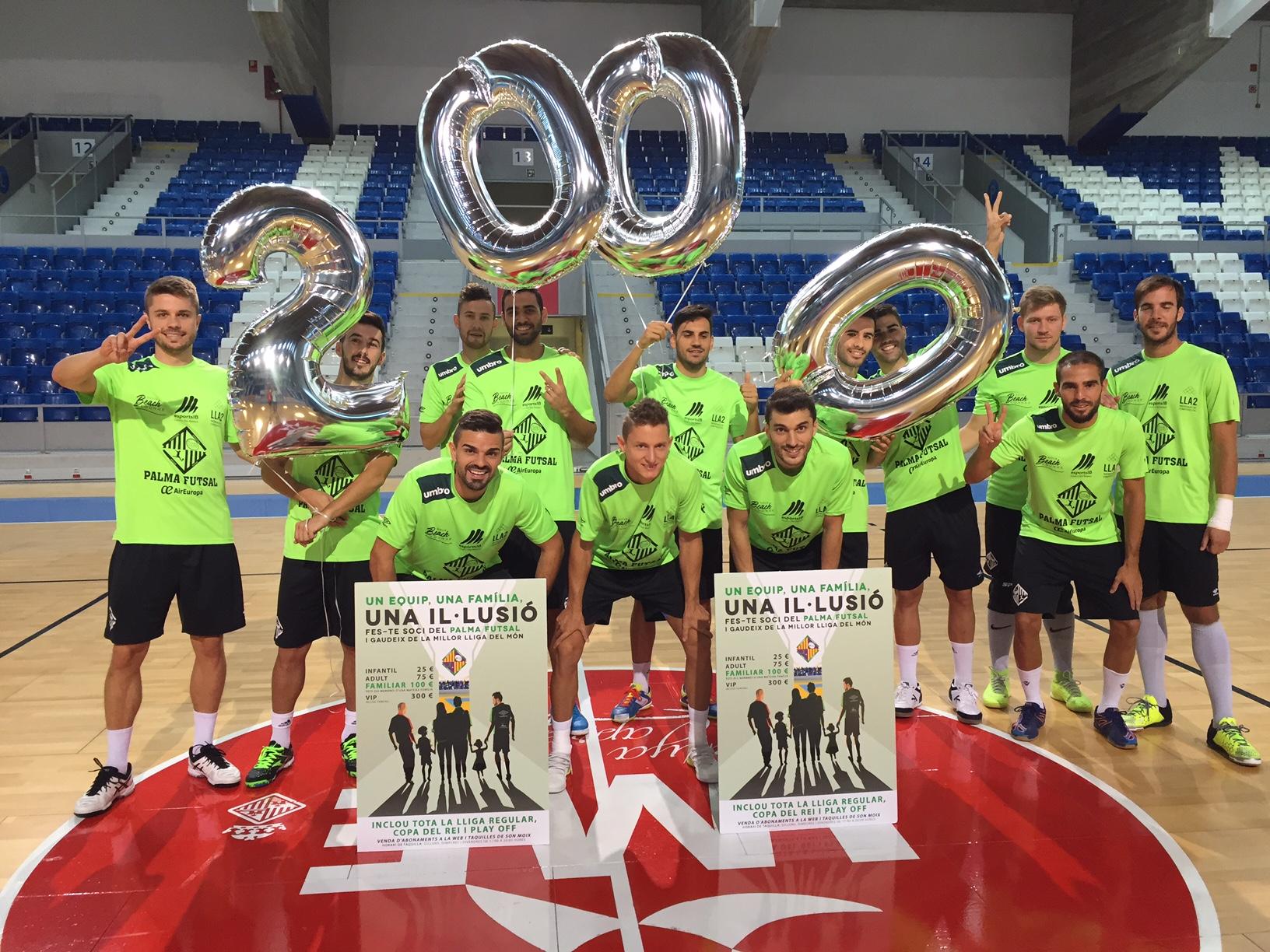 El Palma Futsal posa con el número 2000 de la campaña de socios 2