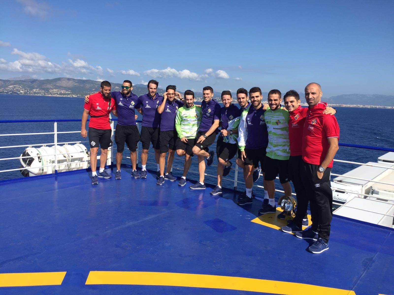 La plantilla de Palma posa en la cubierta del buque con Mallorca al fondo 2