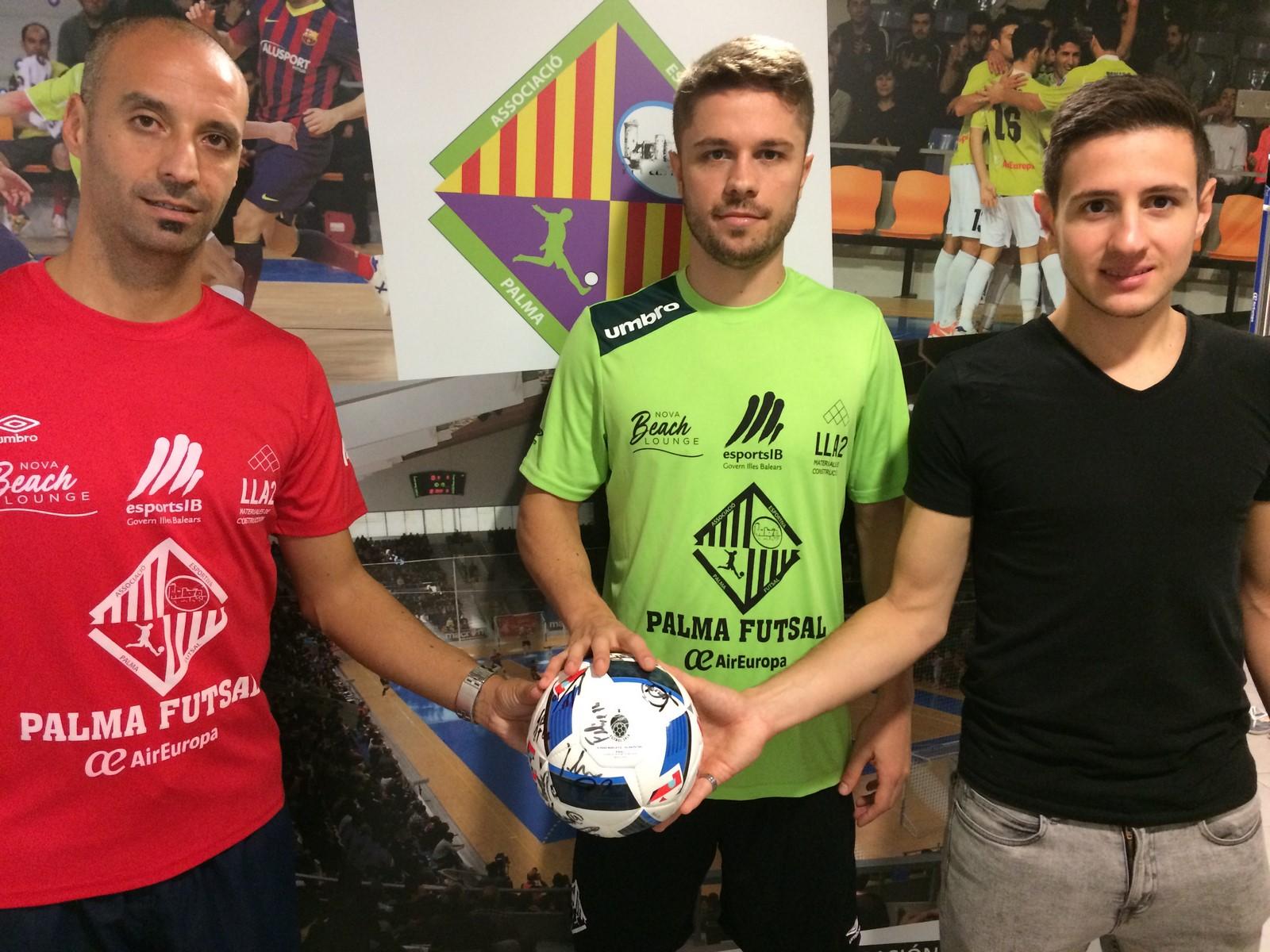 Vadillo, Maico y Sarmiento posan con el balón de la final de Sevilla 1 (Copiar)