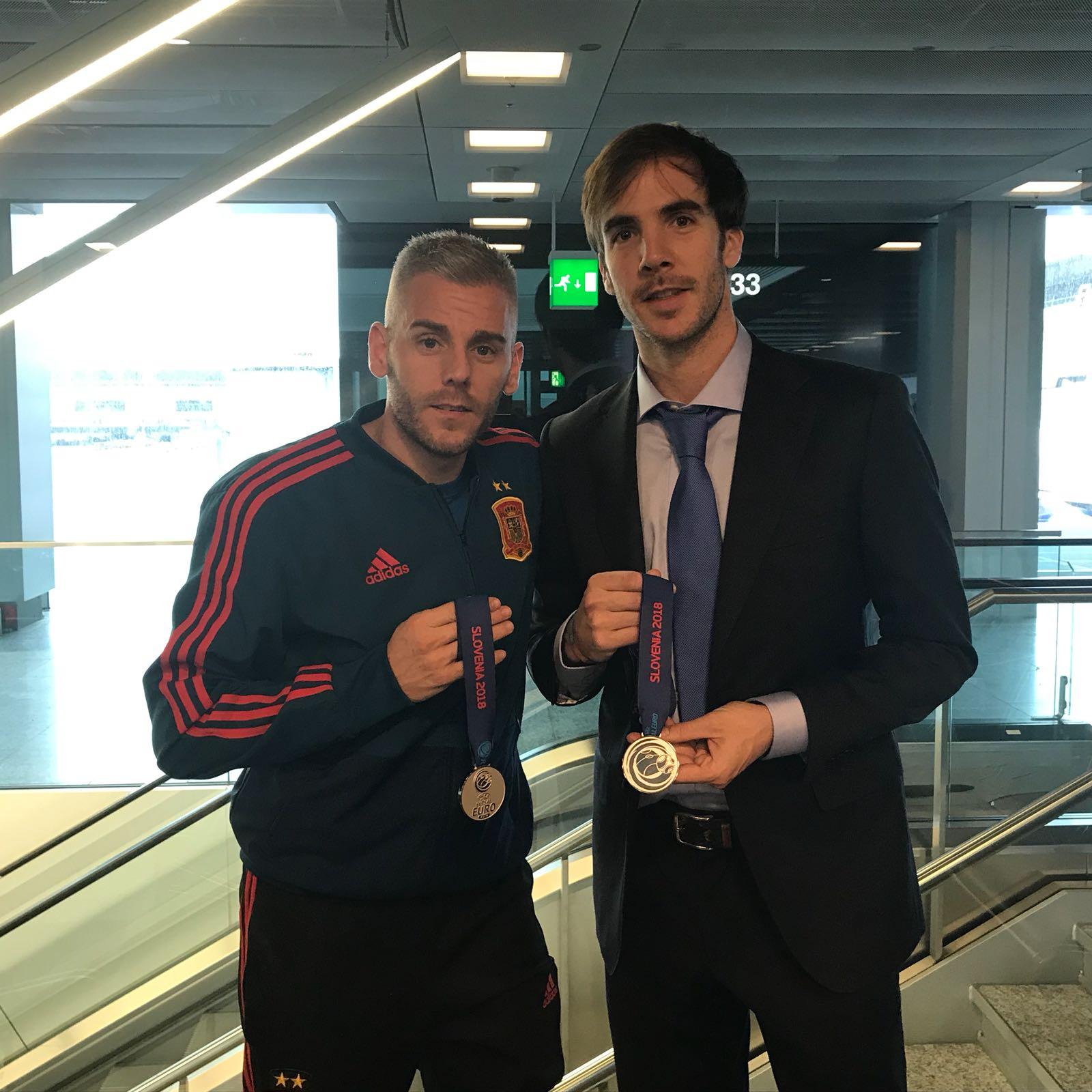 Miguelín y Carlos Barrón posan con la medalla de plata en el regreso a España 2