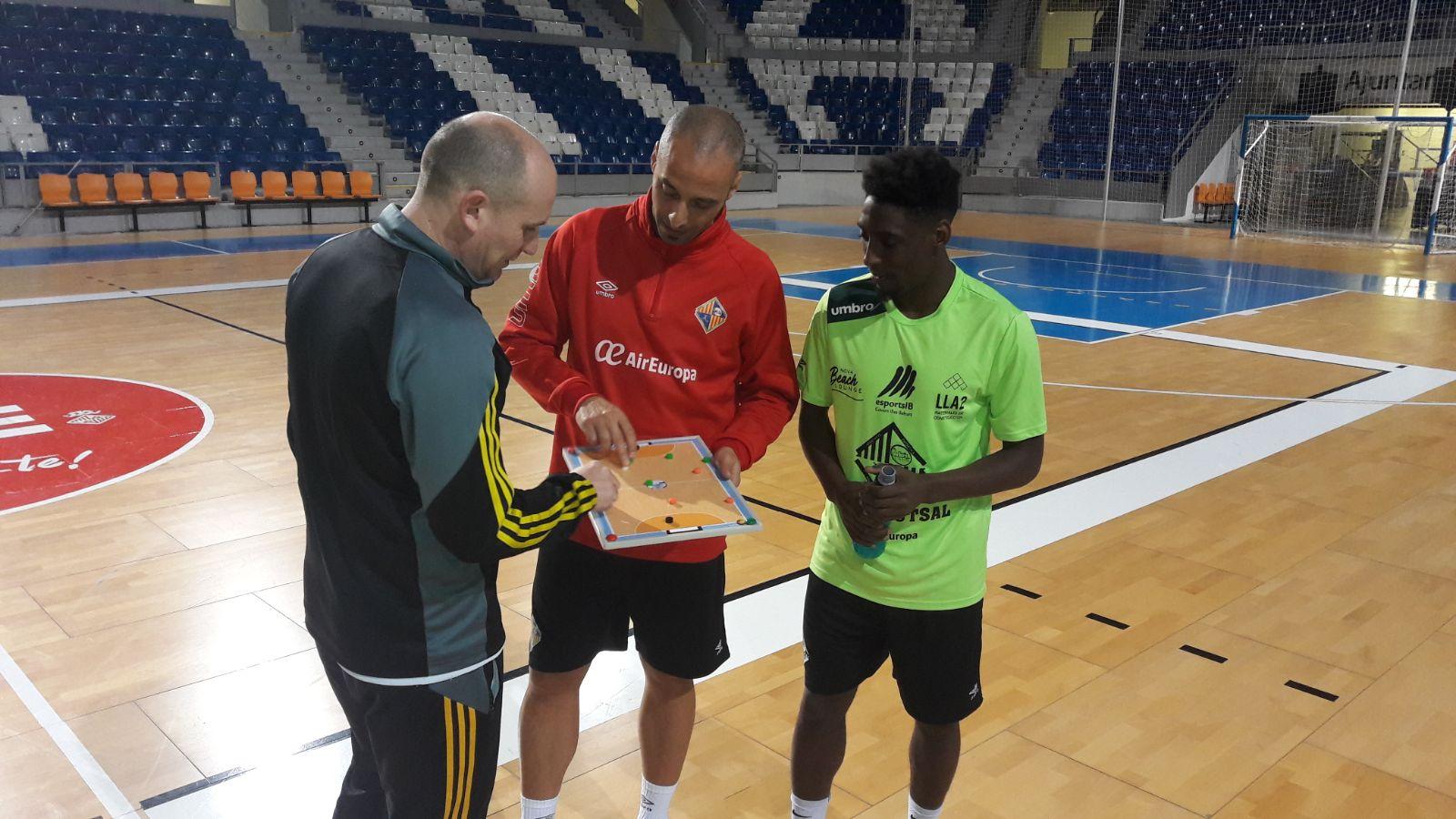 Vadillo explica la táctica a los representantes del Nantes
