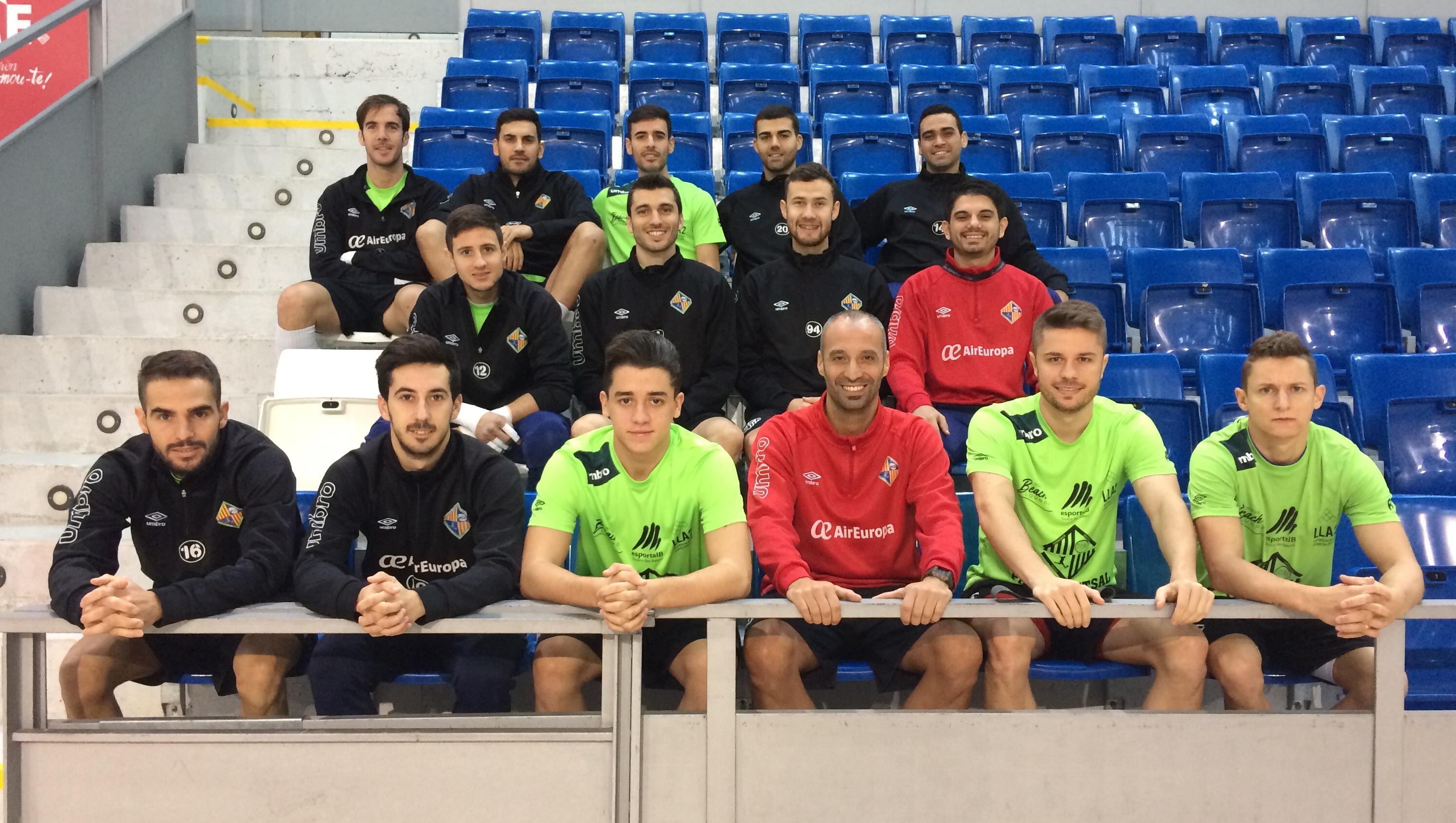 La plantilla del Pala Futsal posa en la grada de Son Moix 1