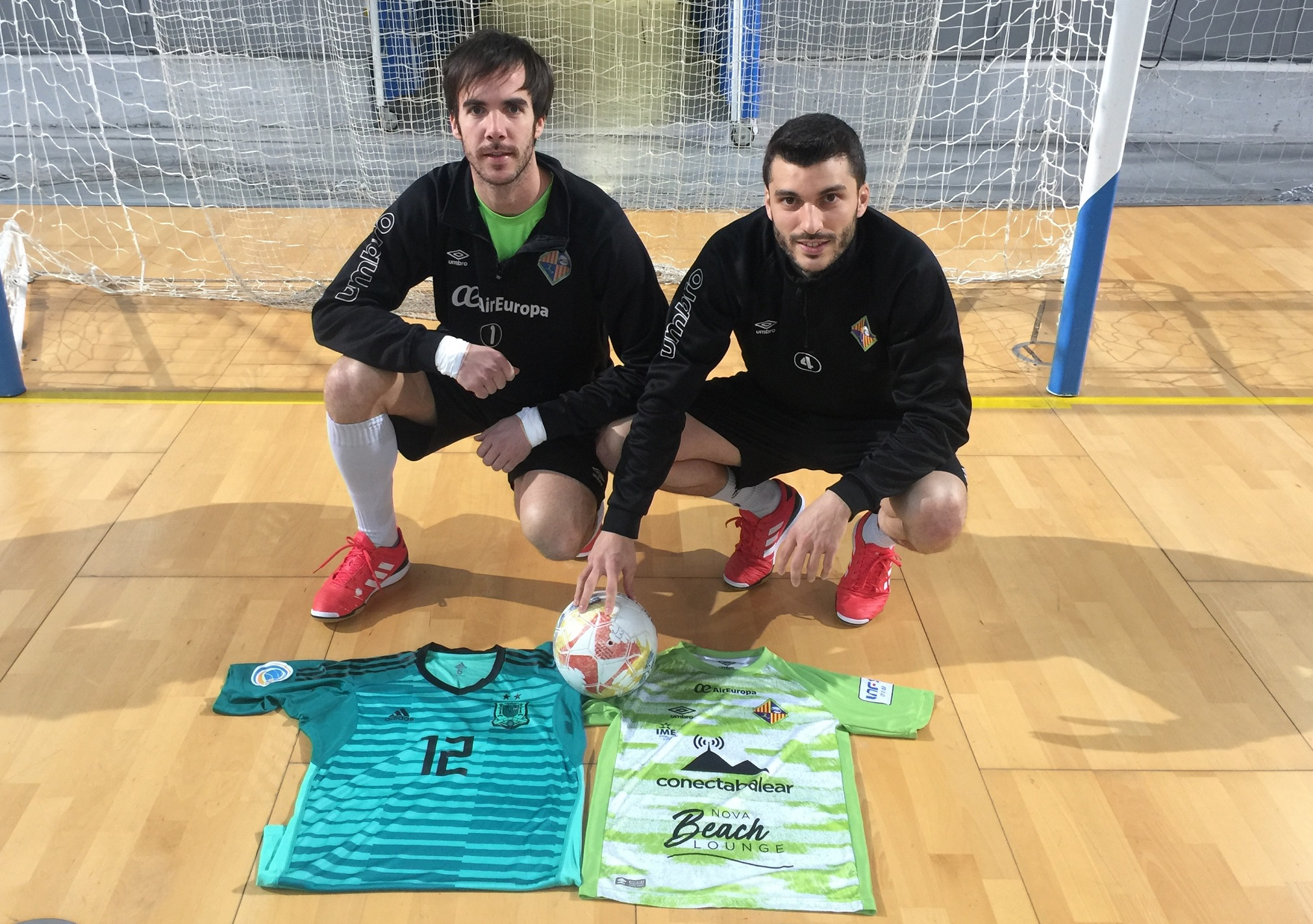 web Carlos Barrón y Lolo con las camisetas de España y el Palma Futsal 2