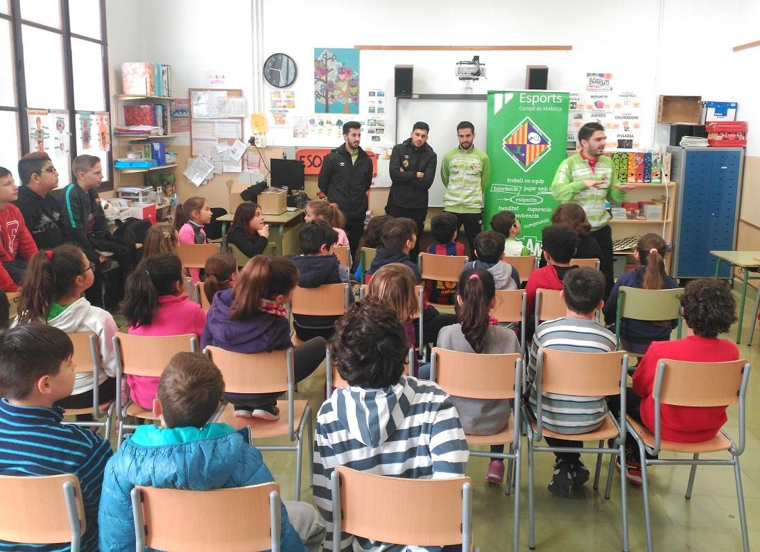 web Chicho, Joselito, Quintela y Martín López imarten la charla a los alumnos de Sant Jordi