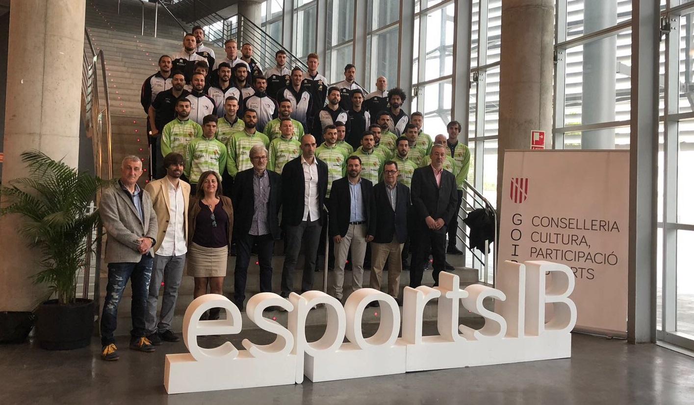 web La plantilla del Palma Futsal posa junto a los representantes políticos y el resto de clubes