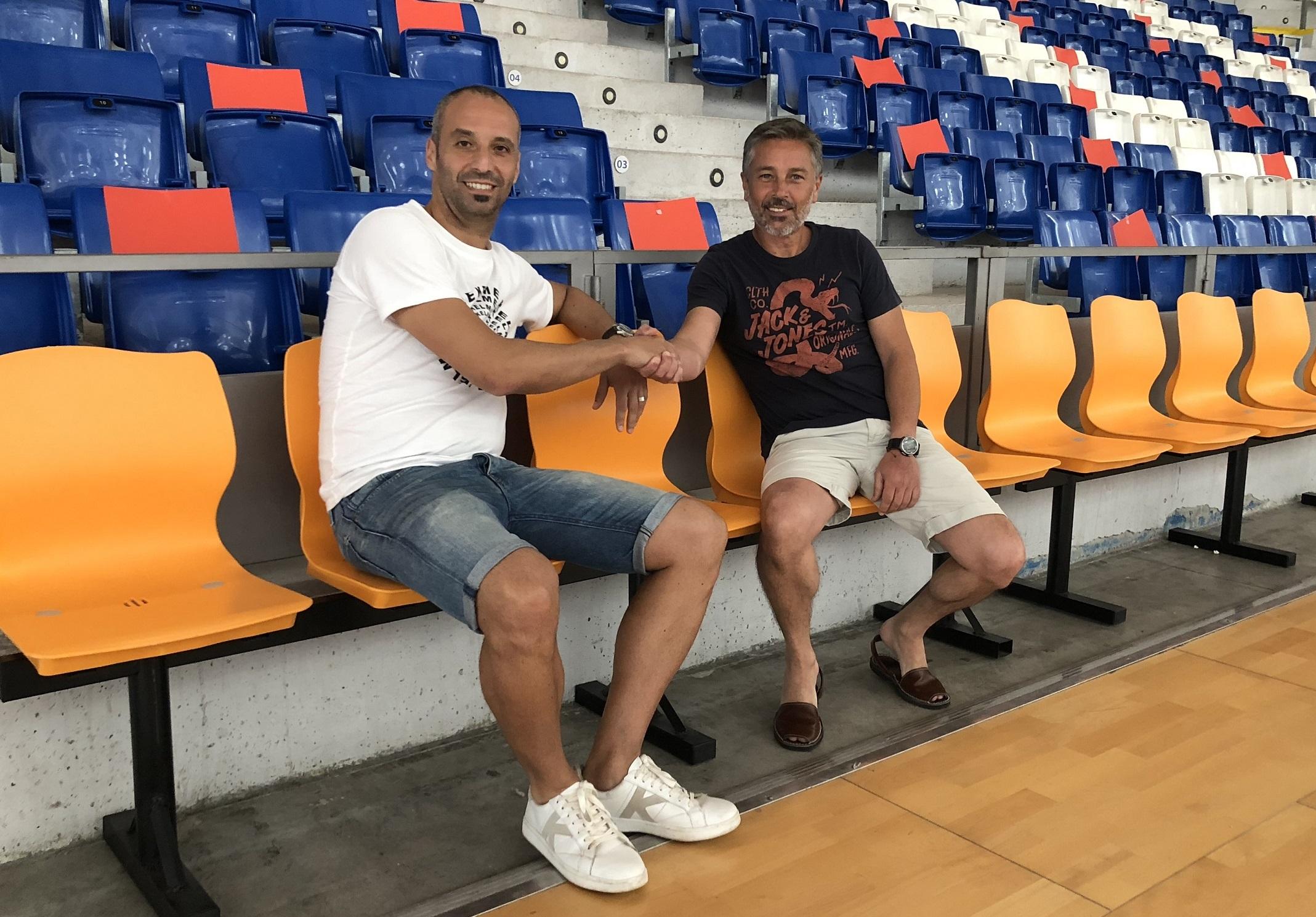 web Antonio Vadillo y Juan Pedro Ortega posan en el banquillo de Son Moix)