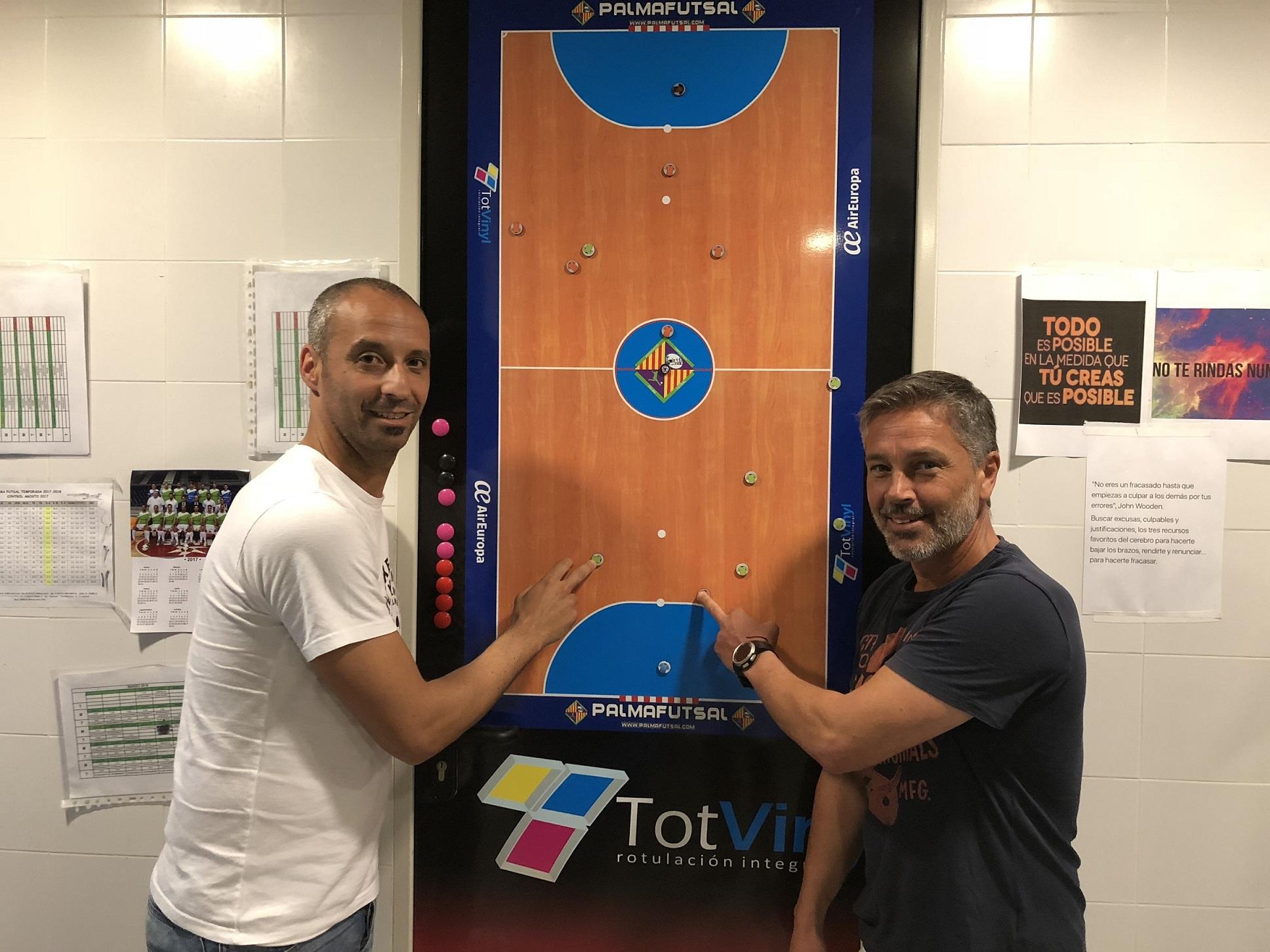 web Antonio Vadillo y Juan Pedro Ortega posan en el vestuario 2