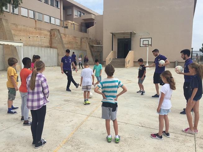 web La plantilla del Palma Futsal imparte la clase de educación física en el colegio Es Saboners de Magaluf (1)