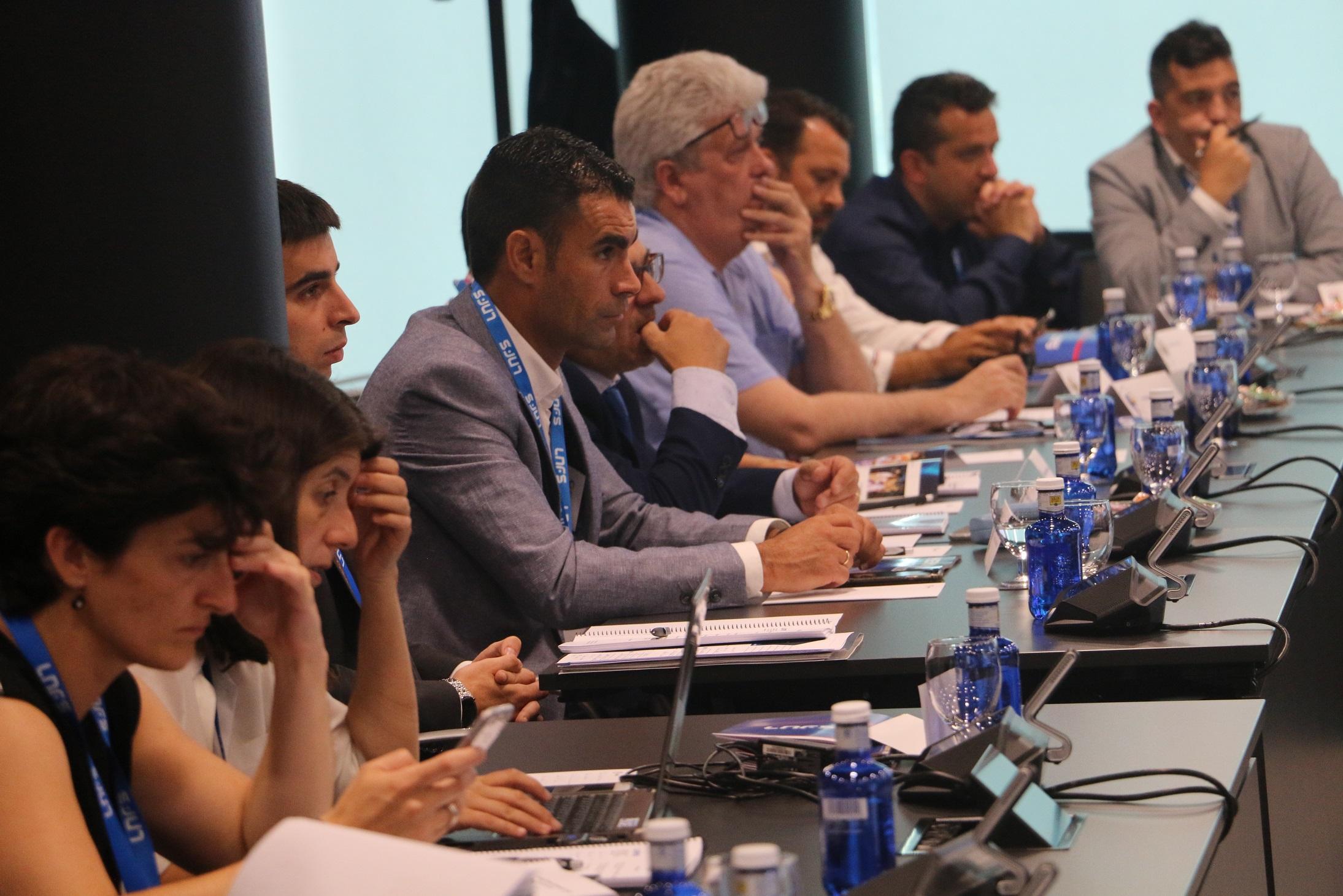 José Tirado, al fondo, en la Asamblea General de la LNFS