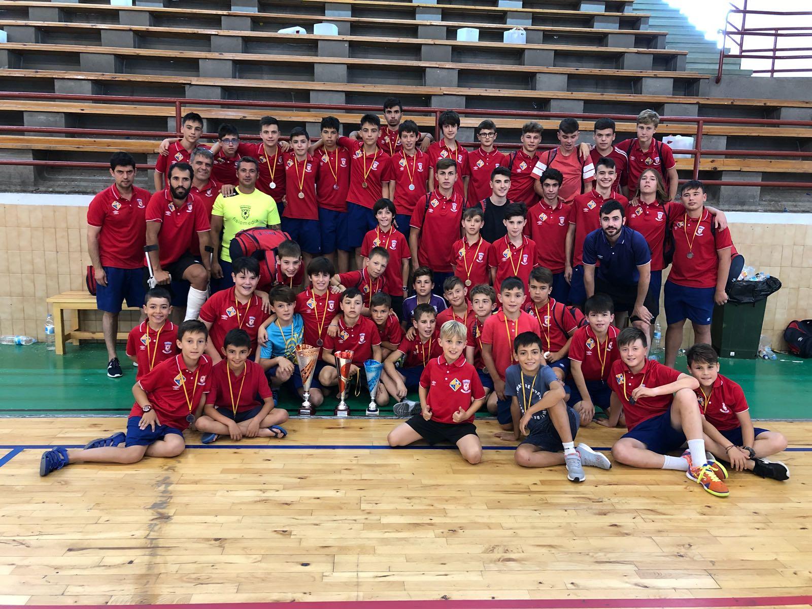 Los cuatro equipos de la cantera del Palma Futsal posan con los trofeos conseguidos en León (1)