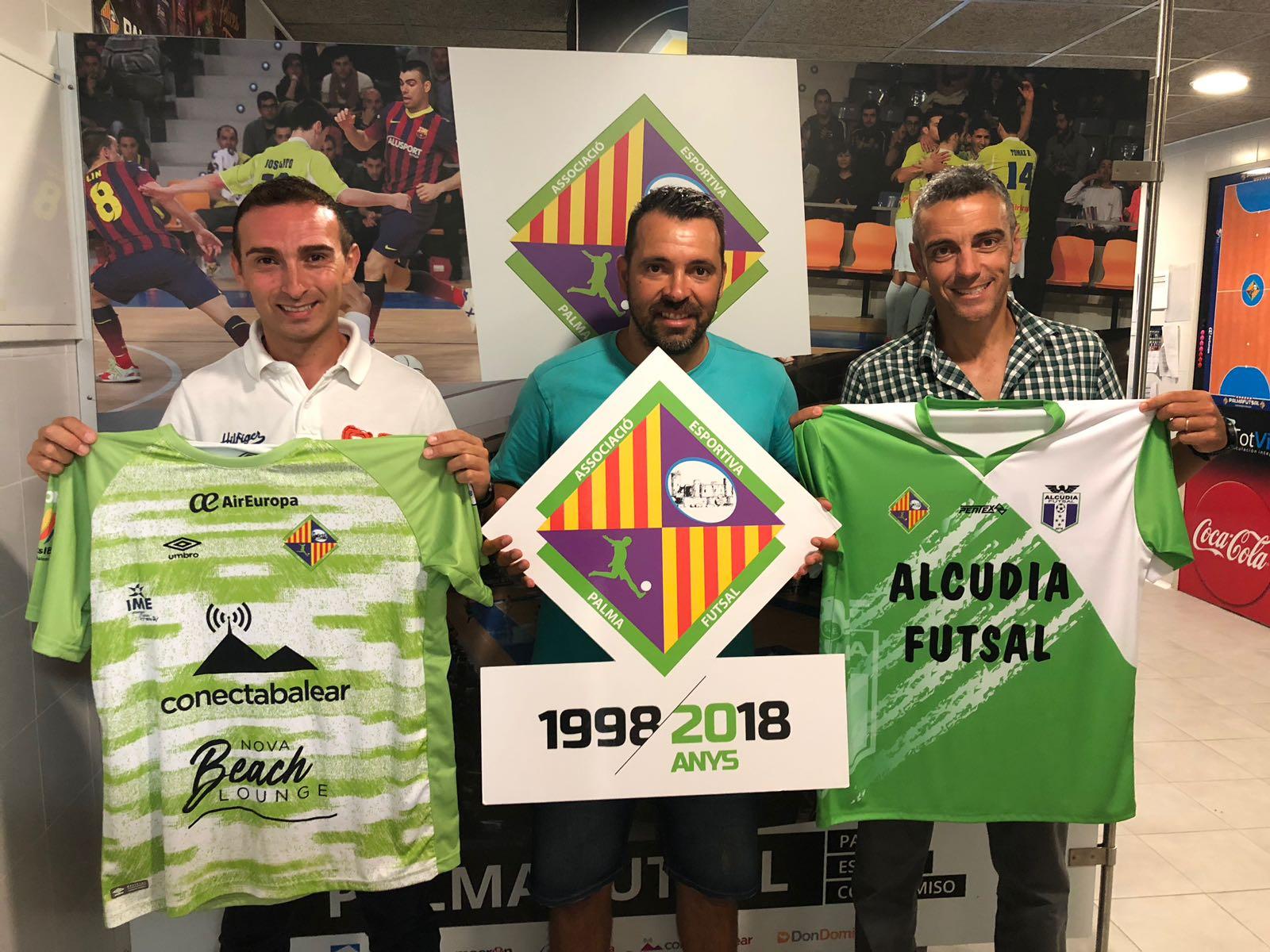 Francisco Javier Cabra, José Tirado y Joaquín Cantalapiedra posan en el vestuario de Son Moix (2)