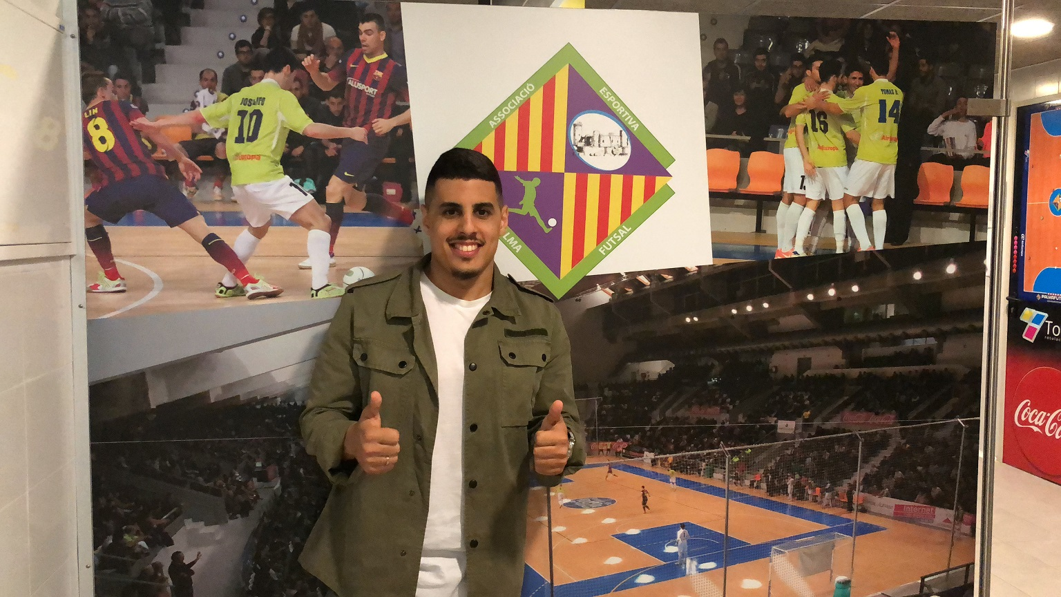 web Hamza posa en el vestuario del Palma Futsal