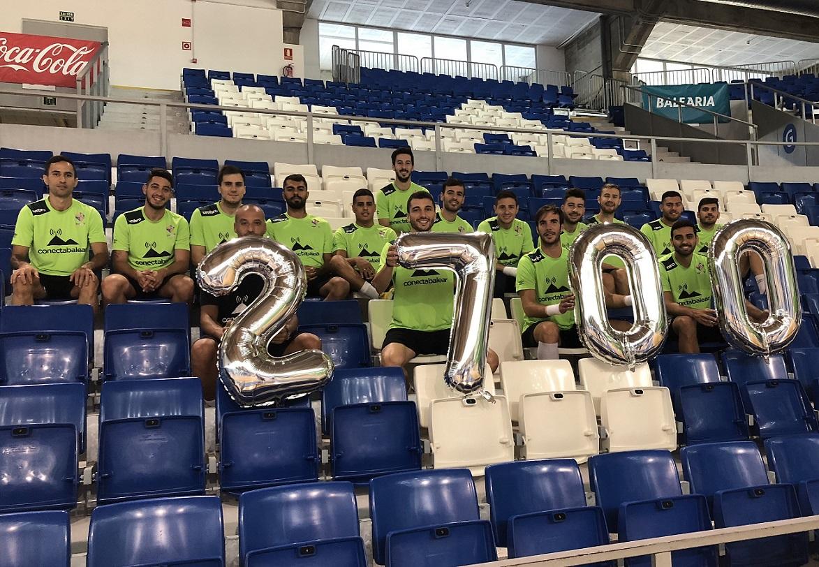 web La plantilla del Palma Futsal posa con los números que representan el número de abonados que ya se ha conseguido 3