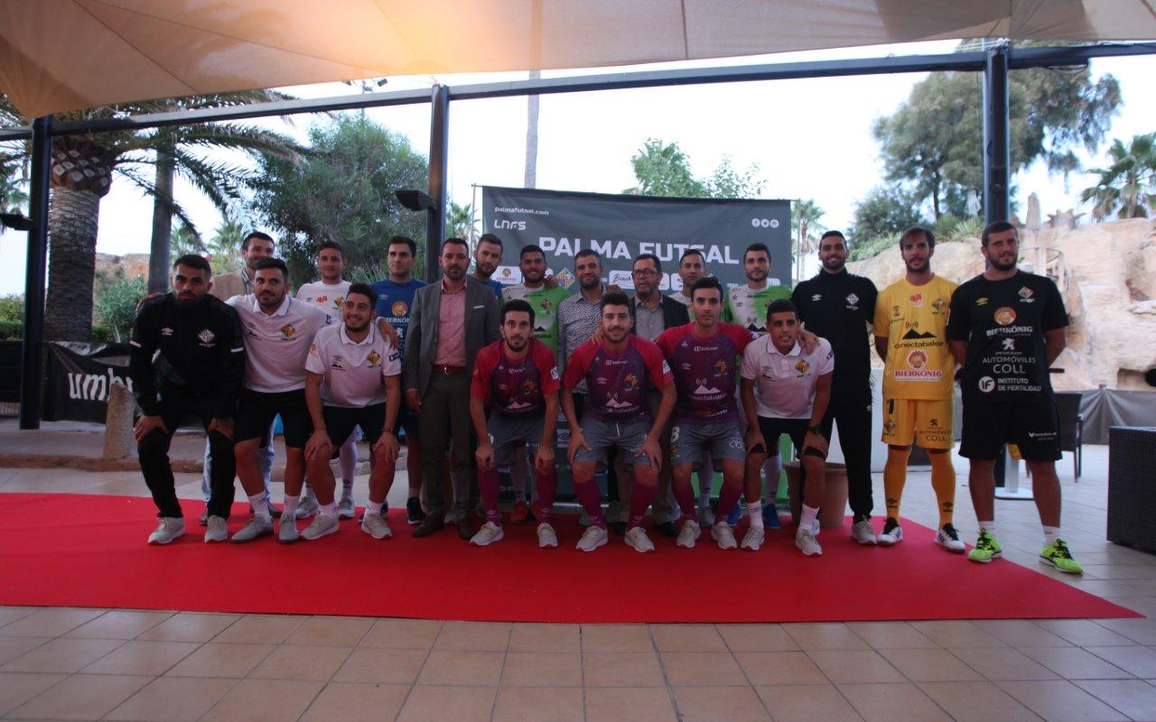 Toda la plantilla del Palma Futsal posa con la nueva vestimenta de esta temporada