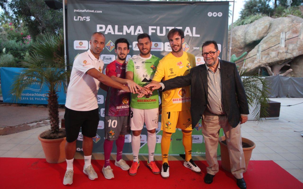 Vadillo, Joselito, Taffy, Barr¾n y Miquel Jaume posan con las nuevas equipaciones 2