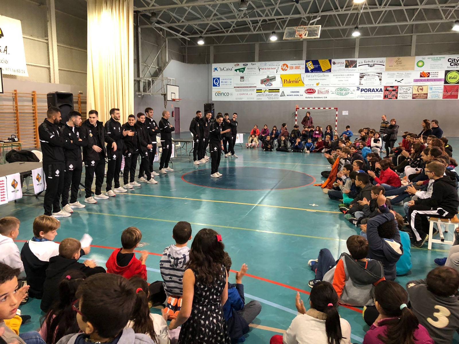 El Palma Futsal visita la Esola Nova de Porreras (1)