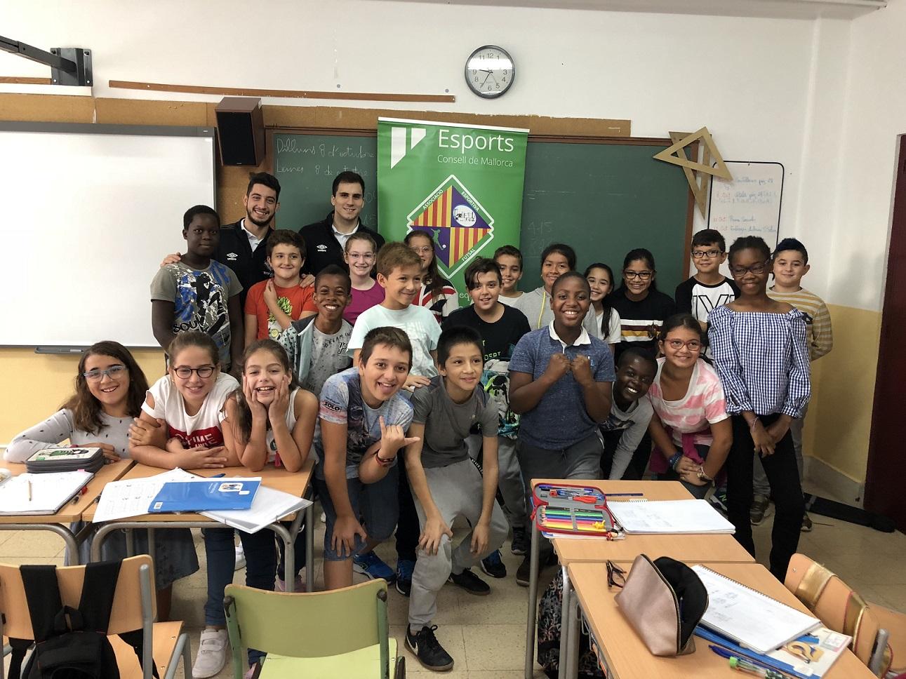 web Mati Rosa y Joaki han compartido la mañana con los alumnos del colegio Miquel Porcel